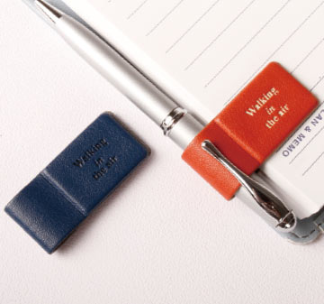 可選用文具相關實用品,皮款磁吸式筆插/筆夾